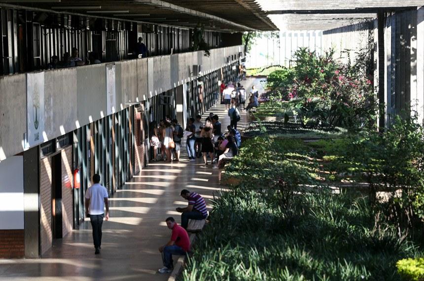 Incluída no rodízio de abastecimento do DF, a Universidade de Brasília (UnB) está tomando medidas para reduzir o consumo de água, a instituição chegou a adiar o início das aulas no principal campus da instituição em função do racionamento.