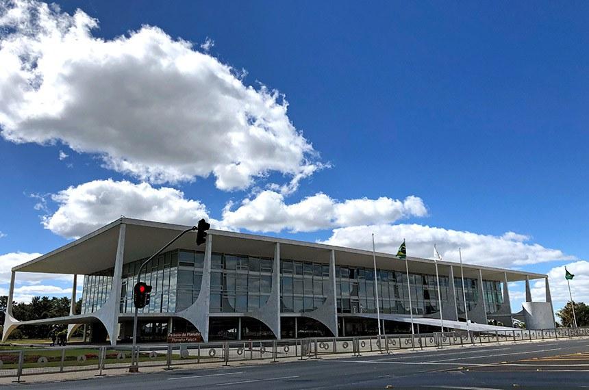 Fachada do Palácio do Planalto, local de trabalho da presidência do Brasil. É onde está situado o gabinete do presidente da República. O prédio também abriga a Casa Civil, a Secretaria-Geral e o Gabinete de Segurança Institucional da Presidência da República.   Concebido pelo arquiteto Oscar Niemeyer com projeto estrutural do engenheiro Joaquim Cardozo, é a sede do poder executivo do Governo Federal brasileiro. Localizado na Praça dos Três Poderes em Brasília, o Palácio do Planalto faz parte do projeto do Plano Piloto e foi um dos primeiros edifícios construídos na capital.  Foto: Leonardo Sá/Agência Senado