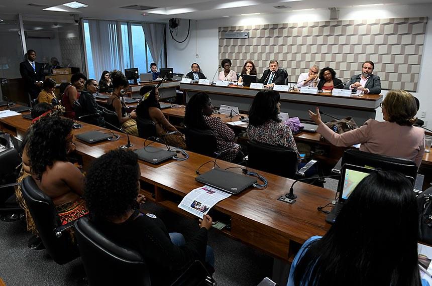 Comissão de Educação, Cultura e Esporte (CE) realiza audiência pública interativa para debater sobre os impactos do novo Fundo de Manutenção e Desenvolvimento da Educação Básica e de Valorização dos Profissionais da Educação (Fundeb) para a garantia do direito à educação escolar indígena, à educação escolar quilombola e à educação em territórios marcados por alta vulnerabilidade.   Mesa:  representante da Articulação dos Povos Indígenas do Brasil (Apib), Gersem Baniwa; representante da Articulação Nacional de Organizações Negras, Benilda Brito; representante do Capítulo Brasil da Rede Gulmakai, Denise Carreira; vice-presidente da CE, senador Flávio Arns (Rede-PR); presidente da Confederação Nacional dos Trabalhadores em Educação (CNTE), Heleno Araújo; representante da Comissão Nacional de Comunidades Quilombolas (Conaq), Givânia Nascimento; coordenador-geral da Campanha Nacional pelo Direito à Educação, Daniel Cara.  Foto: Roque de Sá/Agência Senado