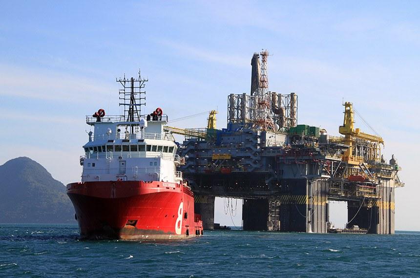 Plataforma de exploração de petróleo destinada à área do pré-sal no litoral do Rio de Janeiro