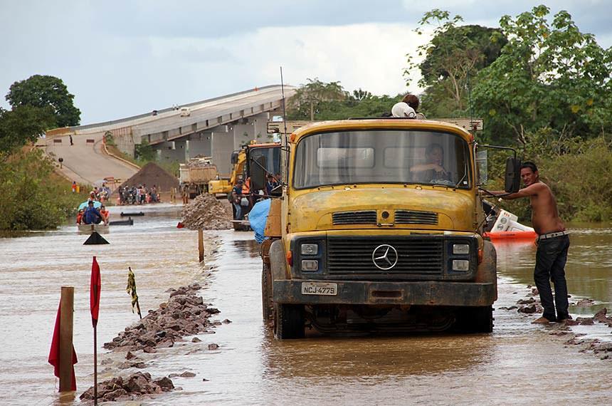 Porto Velho (RO) - Moradores tentam fazer travessia da BR 319 que liga Manaus e Humaitá no Amazonas. Caminhão tombado pela chuva.   Foto: Marcos Freire/Decom