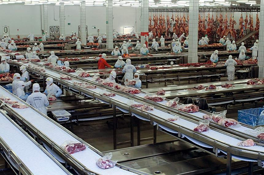 O primeiro grande empréstimo contraído pelo frigorífico goiano JBS-Friboi junto ao BNDES foi de 80 milhões de dólares, em 2003, para a compra de 85% da principal empresa de carne bovina na Argentina, a Swift Armour.