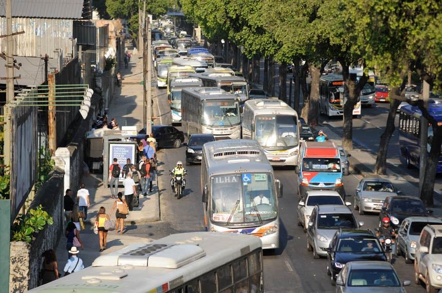 27/01/2014 - Trânsito complicado na região central do Rio.