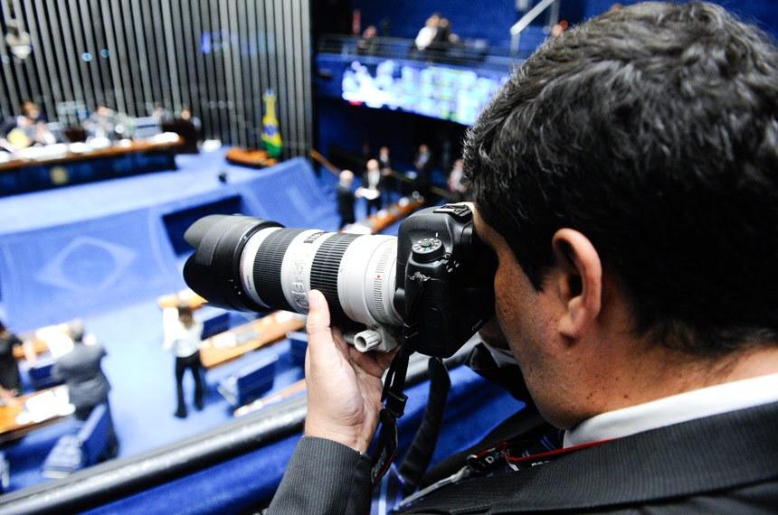 Plenário do Senado Federal durante sessão deliberativa ordinária.   Equipamentos fotográficos - Projeto isenta de impostos equipamentos para fotógrafos profissionais poderão comprar equipamentos fotográficos mais baratos, se for aprovado projeto em análise na Comissão de Assuntos Econômicos (CAE). O PLS 342/2011, do senador José Agripino (DEM-RN), concede isenção de impostos incidentes na importação e na compra de produtos destinados à atividade fotográfica. Na compra de equipamentos de fabricante nacional, os profissionais terão isenção do Imposto sobre Produtos Industrializados (IPI), do PIS-Pasep e da Cofins, determina a proposta. Em produtos importados sem similar nacional, a isenção se estende ao Imposto de Importação, além do IPI, do PIS-Pasep-Importação e da Cofins-Importação.  Fotógrafo da Agência Senado, Marcos Oliveira.  Foto: Marcos Oliveira/Agência Senado