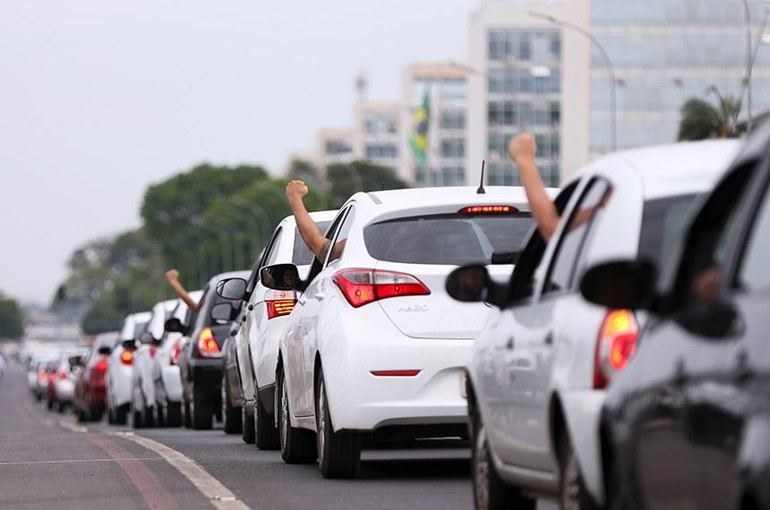 Brasília - Motoristas de aplicativos de todo o Brasil fazem buzinaço em frente ao Congresso Nacional em protesto contra o projeto de lei que regulamenta aplicativos de transporte privado, como Uber e Cabify.   Foto: Marcelo Camargo/Agência Brasil