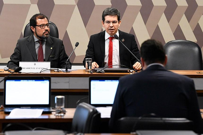 Relator da MP, Randolfe Rodrigues (D) quer tornar 13º do Bolsa Família permanente e incluir BPC