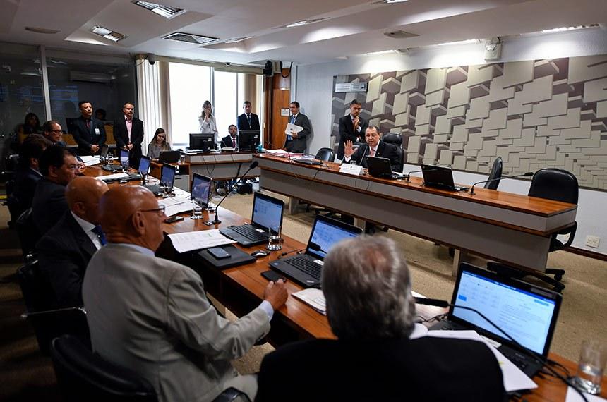 Comissão de Assuntos Econômicos (CAE) realiza reunião deliberativa com 13 itens. Entre eles, o PLS 527/2018, que assegura que o Poder Executivo não será responsabilizado se as despesas com pessoal de outro Poder ultrapassarem os limites definidos pela Lei de Responsabilidade Fiscal.  À mesa, presidente da CAE, senador Omar Aziz (PSD-AM).  Bancada: senador Luiz do Carmo (MDB-GO); senador Esperidião Amin (PP-SC);   senador Confúcio Moura (MDB-RO);  senador Eduardo Braga (MDB-AM);  senador Luiz Pastore (MDB-ES).  Foto: Edilson Rodrigues/Agência Senado