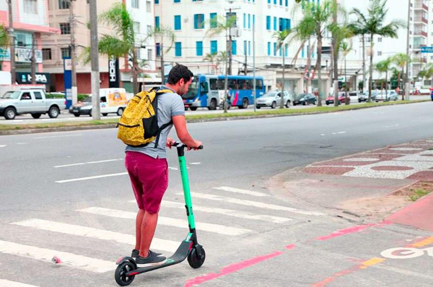 Jovem usa patinete elétrico para locomoção em Santos - SP. 15 de março de 2019.