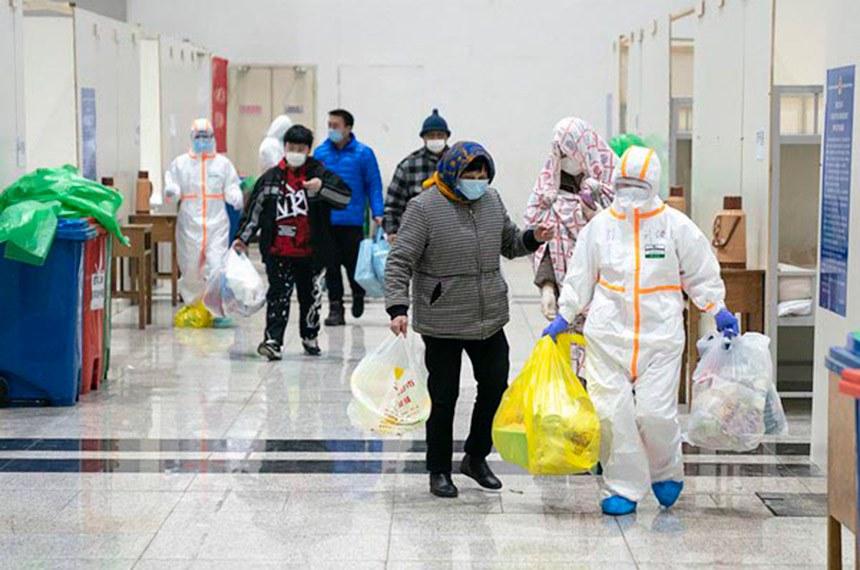 Wuhan 06 02 2020 Trabalhadores médicos ajudam pacientes infectados com o novo coronavírus a fazer check-in em um hospital improvisado em Wuhan, província de Hubei, na China Central, em 5 de fevereiro de 2020.foto gov cn