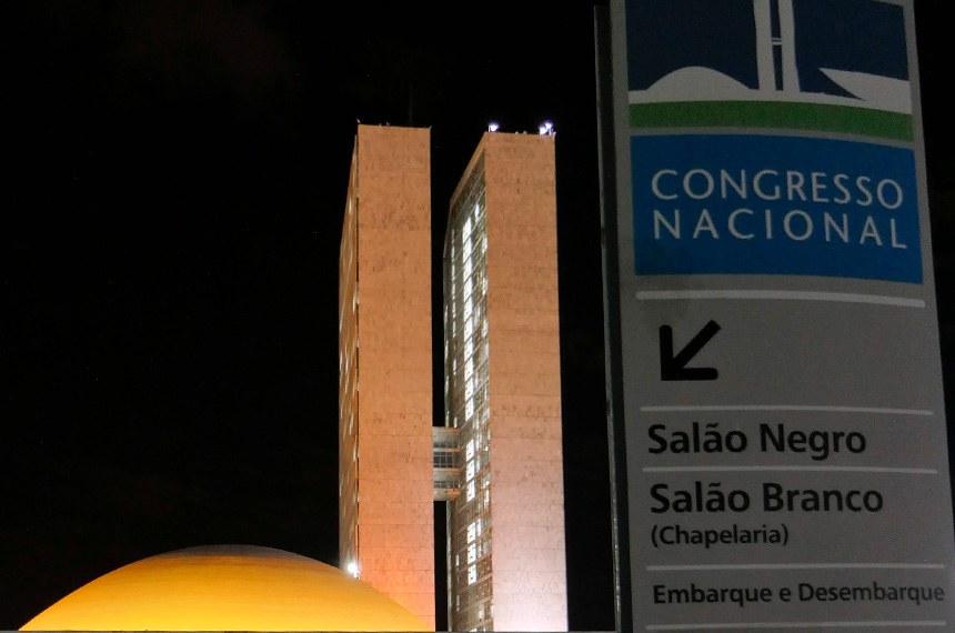 A cúpula do Senado Federal é iluminada na cor laranja nas noites dos dias 26 e 27 de junho para marcar a passagem do Dia Laranja pelo Fim da Violência contra as Mulheres e Meninas (dia 25). O pedido foi efetuado pelo senador Luiz do Carmo (MDB-GO).  Foto: Roque de Sá/Agência Senado
