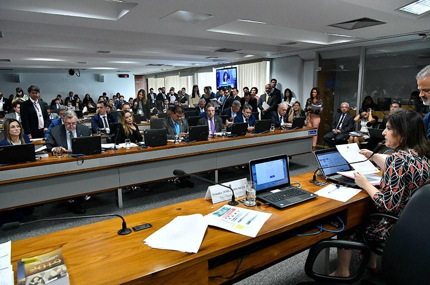 Comissão de Constituição, Justiça e Cidadania (CCJ) realiza reunião com 16 itens. Entre eles, a PEC 76/2019, inclui as polícias científicas no rol dos órgãos de segurança pública.  À mesa, presidente da CCJ, senadora Simone Tebet (MDB-MS).  Bancada: senadora Soraya Thronicke (PSL-MS); senador Luis Carlos Heinze (PP-RS); senadora Daniella Ribeiro (PP-PB); senador Nelsinho Trad (PSD-MS);  senador Antonio Anastasia (PSDB-MG);  senador Alessandro Vieira (Cidadania-SE);  senador Otto Alencar (PSD-BA).   Foto: Geraldo Magela/Agência Senado