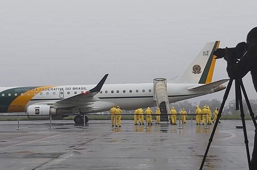 Aviões da FAB Pousaram na Base Aérea de Anápolis com os 34 civis repatriados de Wuhan, na China  Anápolis (GO) — Na madrugada do dia 9 de fevereiro, os aviões da Força Aérea Brasileira (FAB) pousaram na Base Aérea de Anápolis com os 34 civis repatriados de Wuhan, na China. Apesar de não contar com nenhum passageiro que apresente os sintomas do coronavírus, a Operação Regresso à Pátria Amada dá início a uma nova e importante etapa: a descontaminação de aeronaves e viaturas pelas quais passaram os civis trazidos da cidade que é o epicentro da infecção.