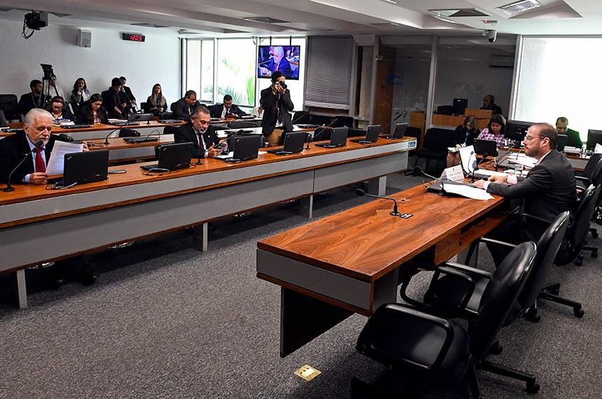Comissão de Meio Ambiente (CMA) realiza reunião com 12 itens. Entre eles, o PL 5.788/2019, que prevê que projetos financiados por fundos constitucionais cumpram critérios de sustentabilidade.  Presidente eventual da CMA, senador Prisco Bezerra (PDT-CE) á mesa.     Foto: Roque de Sá/Agência Senado