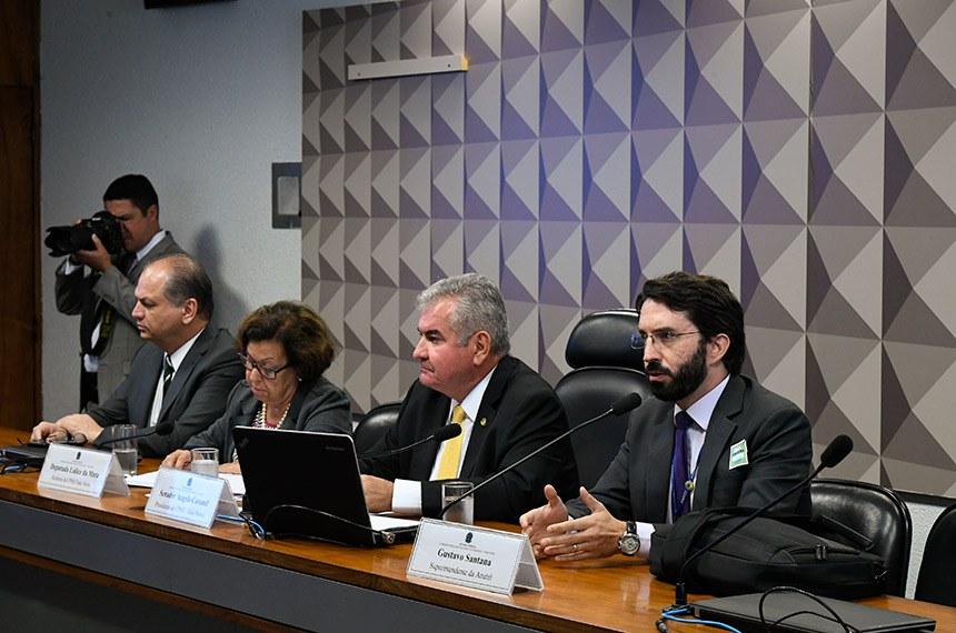 A Comissão Parlamentar Mista de Inquérito (CPMI) das Fake News, que investiga a divulgação de notícias falsas nas redes sociais e assédio virtual, realiza oitivas decorrentes dos requerimentos: nº 18, 19, 20, 21, 211 e 310/2019.  Mesa: vice-presidente da CPMI das Fake News, deputado Ricardo Barros (PP-PR); relatora da CPMI das Fake News, deputada Lídice da Mata (PSB-BA); presidente da CPMI das Fake News, senador Angelo Coronel (PSD-BA); superintendente da Agência Nacional de Telecomunicações (Anatel), Gustavo Santana, em pronunciamento.  Foto: Edilson Rodrigues/Agência Senado