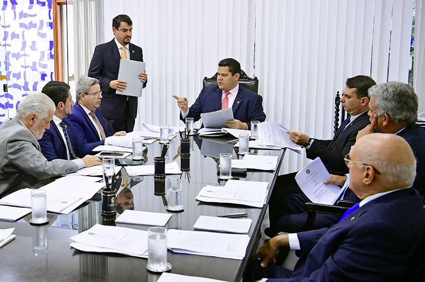 Davi Alcolumbre (C) preside reunião da Mesa do Senado, que discutiu nesta quarta a cassação da senadora