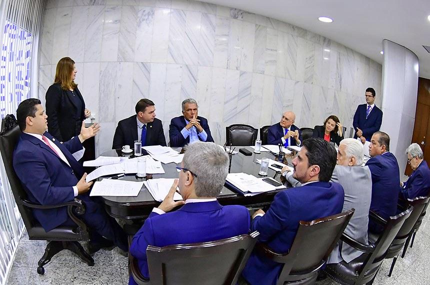 Os senadores aprovaram 181 requerimentos de informação a ministérios e órgãos da administração pública na primeira reunião da Comissão Diretora do Senado, nesta quarta-feira (12)