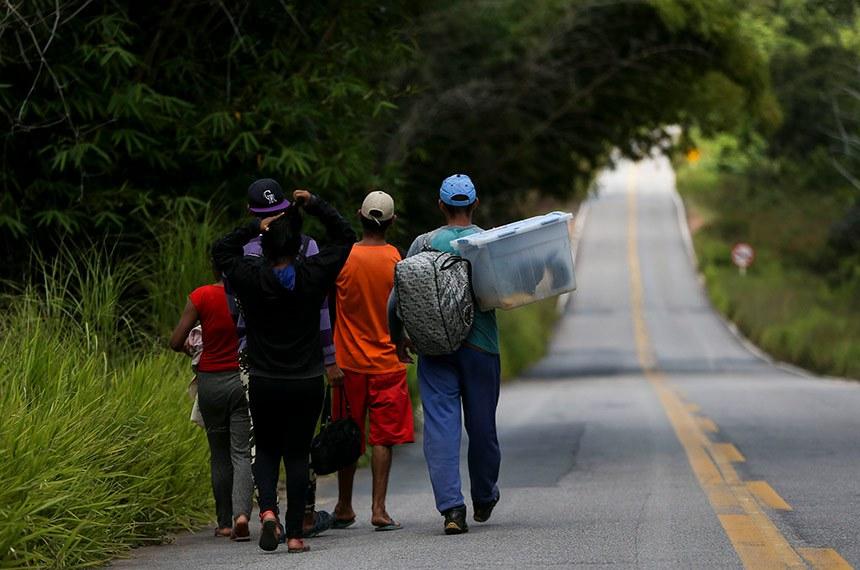 Pacaraima RR 23 08 2018 Grupo de imigrantes venezuelanos percorre a pé o trecho de 215 km entre as cidades de Pacaraima e Boa Vista.Marcelo Camargo/Ag. Brasil