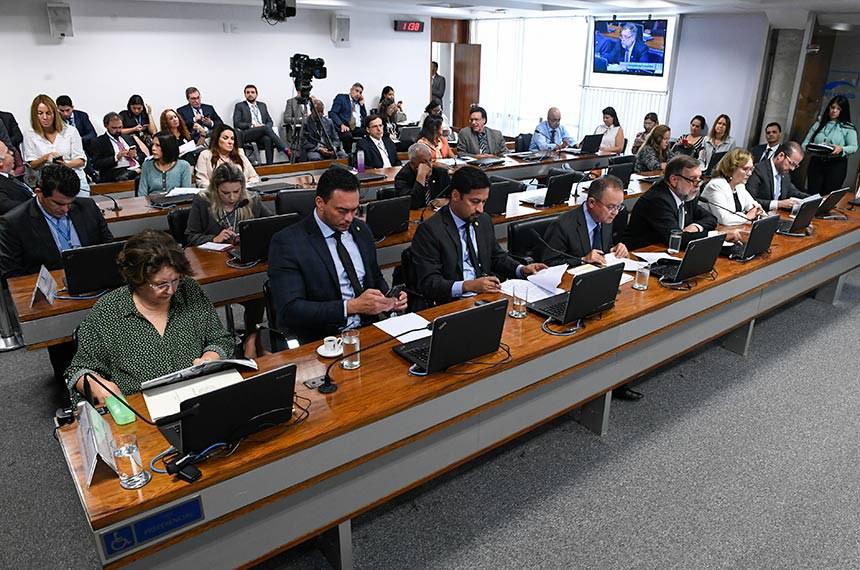 Comissão de Educação, Cultura e Esporte (CE) realiza reunião com 12 itens. Entre eles, o PL 5.231/2019, que amplia prazo de aplicação dos mecanismos de incentivo à produção de obras audiovisuais brasileiras de produção independente.  Bancada: senadora Maria do Carmo Alves (DEM-SE);  senador Styvenson Valentim (Podemos-RN);  senador Rodrigo Cunha (PSDB-AL); senador Zequinha Marinho (PSC-PA); senador Flávio Arns (Rede-PR), em pronunciamento; senadora Zenaide Maia (Pros-RN); senador Prisco Bezerra (PDT-CE).  Foto: Edilson Rodrigues/Agência Senado
