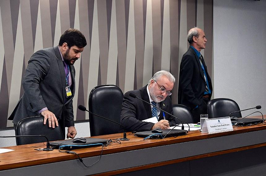 Comissão de Serviços de Infraestrutura (CI) realiza reunião deliberativa com  6 itens. Entre eles, o PL 2.124/19, que inclui no Plano Nacional de Viação uma nova rodovia no Maranhão.  À mesa, presidente eventual da CI, senador Jean Paul Prates (PT-RN).  Foto: Roque de Sá/Agência Senado