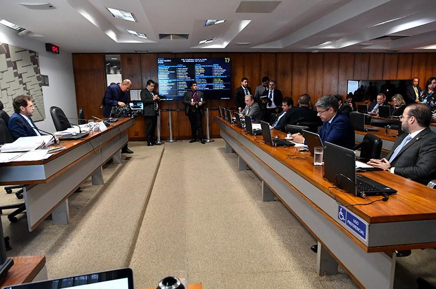 Comissão de Assuntos Econômicos (CAE) realiza reunião com 13 itens. Entre eles, turno suplementar do substitutivo oferecido ao PLS 28/2017, que estende a surdos isenção de IPI na compra de carro zero.  À mesa, vice-presidente da CAE,senador Plínio Valério (PSDB-AM).  Bancada: senador Tasso Jereissati (PSDB-CE), em pronunciamento; senador Reguffe (Podemos-DF); senador Veneziano Vital do Rêgo (PSB-PB); senador Alessandro Vieira (Cidadania-SE);  senador Prisco Bezerra (PDT-CE).  Foto: Jane de Araújo/Agência Senado
