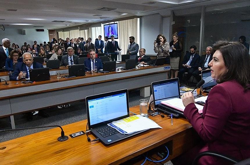 Comissão de Constituição, Justiça e Cidadania (CCJ) realiza reunião deliberativa com 40 itens. Entre eles a PEC 187/2019, que permite uso para outras finalidades de recursos retidos em fundos públicos.  À mesa, presidente da CCJ, senadora Simone Tebet (MDB-MS), conduz reunião.  Bancada: senador Oriovisto Guimarães (Podemos-PR); senador Antonio Anastasia (PSDB-MG);  senador Marcelo Castro (MDB-PI);  senador Fabiano Contarato (Rede-ES);  senadora Leila Barros (PSB-DF); senador Luis Carlos Heinze (PP-RS).  Foto: Geraldo Magela/Agência Senado