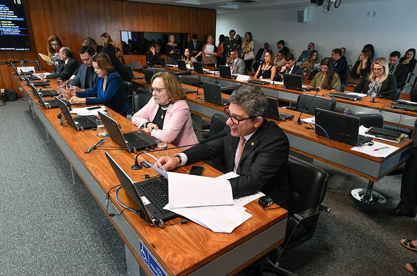 Comissão de Assuntos Sociais (CAS) realiza reunião deliberativa com 31 itens. Entre eles, o PL 1.224/2019, que estabelece prioridade às pessoas em idade escolar no acesso a órteses e próteses.  Bancada: senador Marcelo Castro (MDB-PI);  senador Styvenson Valentim (Podemos-RN); senadora Leila Barros (PSB-DF);  senadora Zenaide Maia (Pros-RN);  senador Rogério Carvalho Santos (PT-SE) - em pronunciamento.  Foto: Edilson Rodrigues/Agência Senado