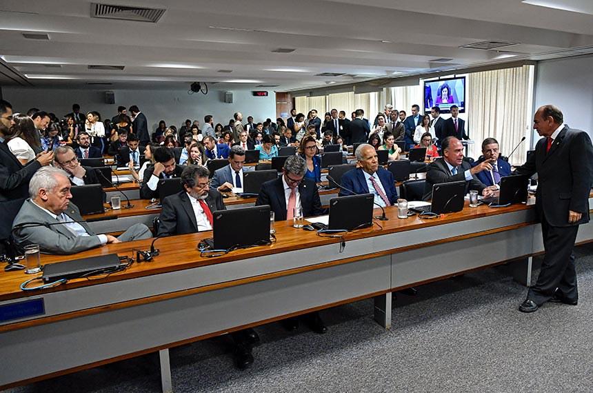Comissão de Constituição, Justiça e Cidadania (CCJ) realiza reunião deliberativa com 40 itens. Entre eles a PEC 187/2019, que permite uso para outras finalidades de recursos retidos em fundos públicos.  Bancada: senador Otto Alencar (PSD-BA);  senador Paulo Rocha (PT-PA);  senador Rogério Carvalho Santos (PT-SE); senador Oriovisto Guimarães (Podemos-PR); senador Fernando Bezerra Coelho (MDB-PE); senador Antonio Anastasia (PSDB-MG);  senador Marcelo Castro (MDB-PI);  senador Fabiano Contarato (Rede-ES);  senador Rodrigo Cunha (PSDB-AL);  senador Mecias de Jesus (Republicanos-RR); senadora Leila Barros (PSB-DF).  Foto: Geraldo Magela/Agência Senado