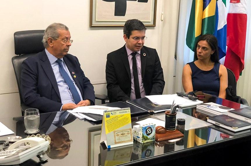 O senador Randolfe Rodrigues (centro) entregou a representação ao presidente do Conselho de Ética, senador Jayme Campos