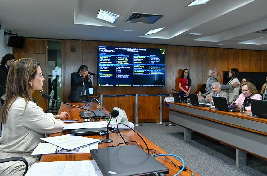 Comissão de Agricultura e Reforma Agrária (CRA) realiza reunião com 5 itens. Entre eles, o PLC 64/2013, que cria os selos verdes Cacau Cabruca e Cacau Amazônia.  Presidente da CRA, senadora Soraya Thronicke (PSL-MS) à mesa conduz reunião.   Foto: Geraldo Magela/Agência Senado