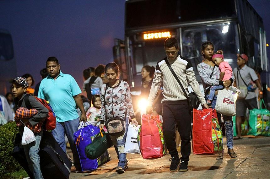 BIE - 04/05/2018 - Refugiados venezuelanos embarcam em avião da Força Aérea Brasileira, em Boa Vista (RO), com destino à Manaus e São Paulo.  Foto: Marcelo Camargo/Agência Brasil