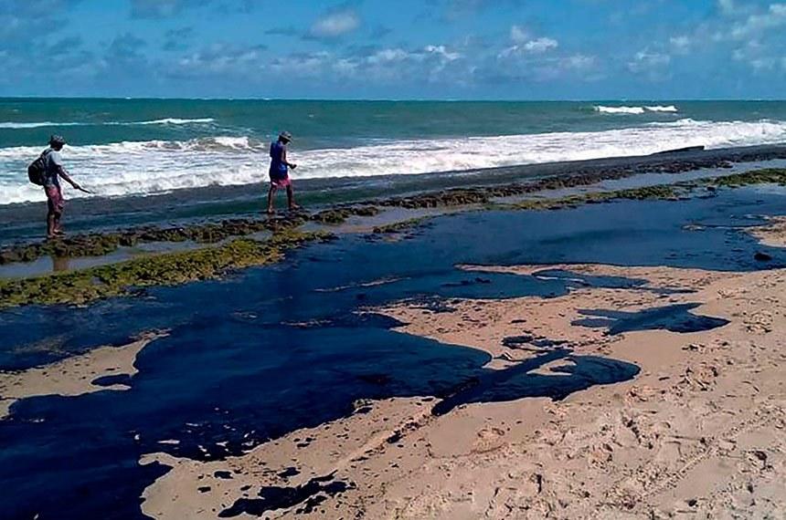 Alagoas Extensa mancha de óleo é vista na praia do Pontal do Peba, vizinha à foz do Rio São Francisco em Alagoas foto Simone Santos/ Projeto Praia Limpa