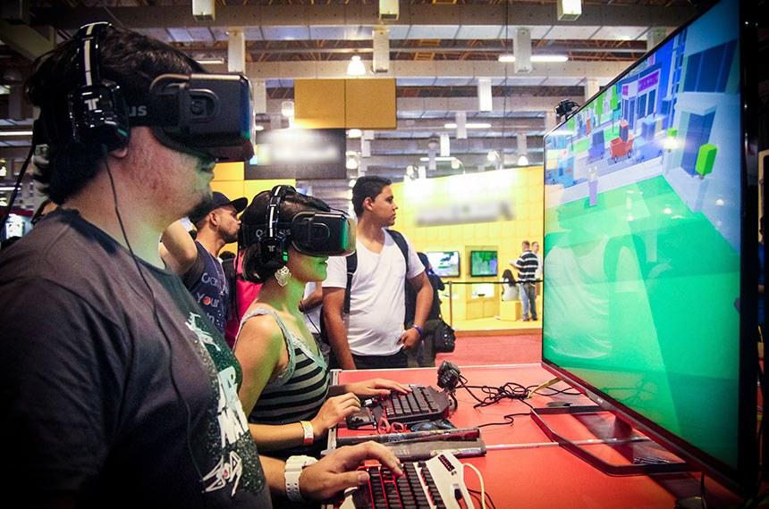Feira de Games e Tecnologia em São Paulo.  Visitante da feira experimenta óculos 3D de realidade aumentada para criação de mundos virtuais.