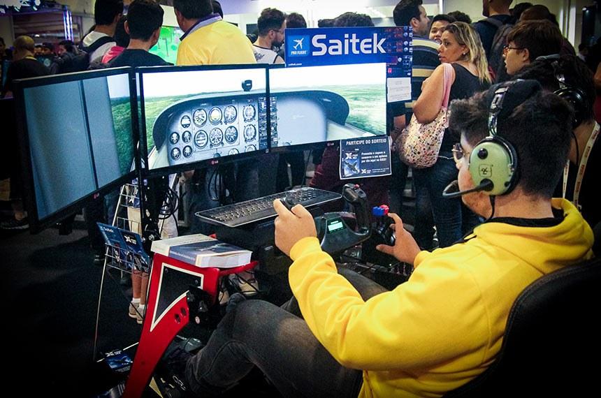 Feira de Games e Tecnologia em São Paulo. Visitante da Feira experimenta a cabine de avião que simula voos.