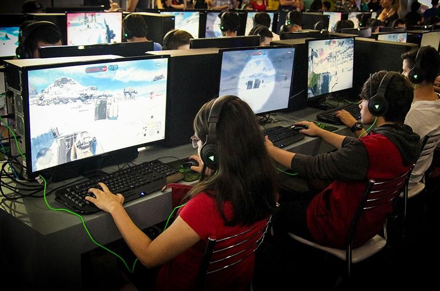 Feira de Games e Tecnologia em SP  Adultos e crianças testam novos jogos em rede de computadores.