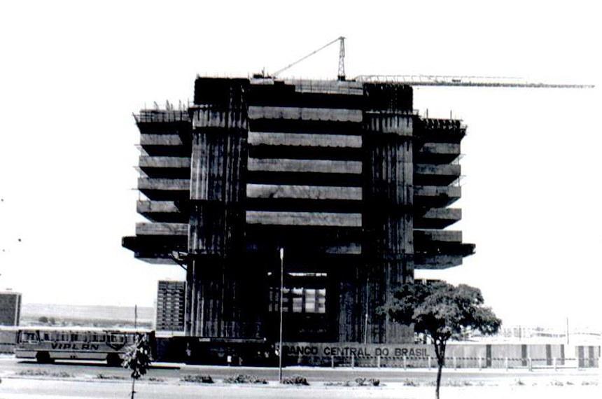 O Edifício-Sede do Banco Central, inaugurado em 1981, representou, como nenhum outro, a evolução da economia brasileira nas últimas décadas, com estabilização da moeda e controle da inflação. Reconhecido em todo o país, visto de qualquer ponto da capital federal e símbolo de uma instituição respeitada nacional e internacionalmente, é também um dos mais importantes monumentos do conjunto arquitetônico de Brasília.  O projeto arquitetônico do Edifício-Sede é de autoria do escritório Hélio Ferreira Pinto. Iniciada em 11 de agosto de 1975 e concluída em 20 de maio de 1981, a construção utilizou processos revolucionários para a engenharia brasileira da época. Foram tantos os detalhes que o Banco Central realizou três licitações: para a escavação das fundações, para a cortina atirantada e para a execução da obra do prédio.