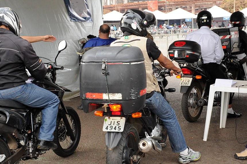Motociclistas no trânsito de Brasília.