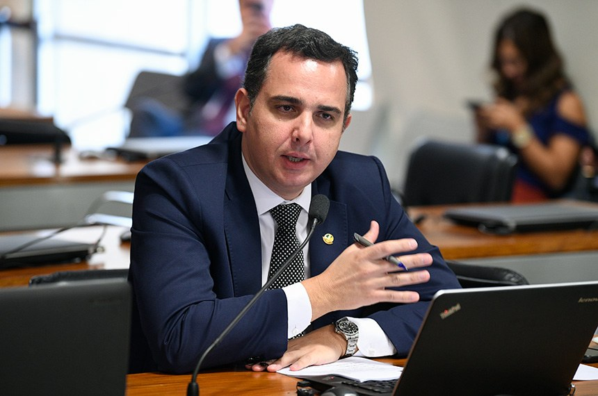 """Comissão de Serviços de Infraestrutura (CI) realiza reunião deliberativa para: discussão e deliberação acerca das emendas da Comissão de Infraestrutura ao PL nº 21/2019-CN (PPA 2020-2023), que """"institui o Plano Plurianual da União para o período de 2020 a 2023""""; e discussão e deliberação acerca das emendas da Comissão de Serviços de Infraestrutura ao PL nº 22/2019-CN (LOA 2020), que """"estima a receita e fixa a despesa da União para o exercício financeiro de 2020"""".   À bancada, em pronunciamento, relator das emendas na CI, senador Rodrigo Pacheco (DEM-MG).  Foto: Pedro França/Agência Senado"""