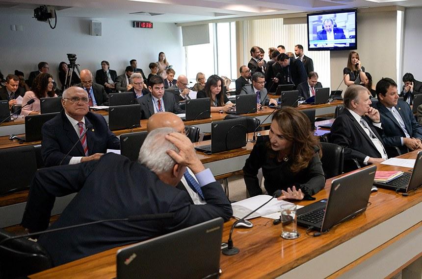 Comissão de Assuntos Econômicos (CAE) realiza reunião com 13 itens. Entre eles, o PLC 84/2015, que obriga empresas a guardarem dados de anunciantes de emprego.  Participam: senador Otto Alencar (PSD-BA); senador Confúcio Moura (MDB-RO);  senadora Kátia Abreu (PDT-TO);  senador Tasso Jereissati (PSDB-CE);  senador Reguffe (Podemos-DF);  senador Elmano Férrer (Podemos-PI); senador Esperidião Amin (PP-SC); senador Luiz Pastore (MDB-ES); senador Lasier Martins (Podemos-RS).  Foto: Pedro França/Agência Senado
