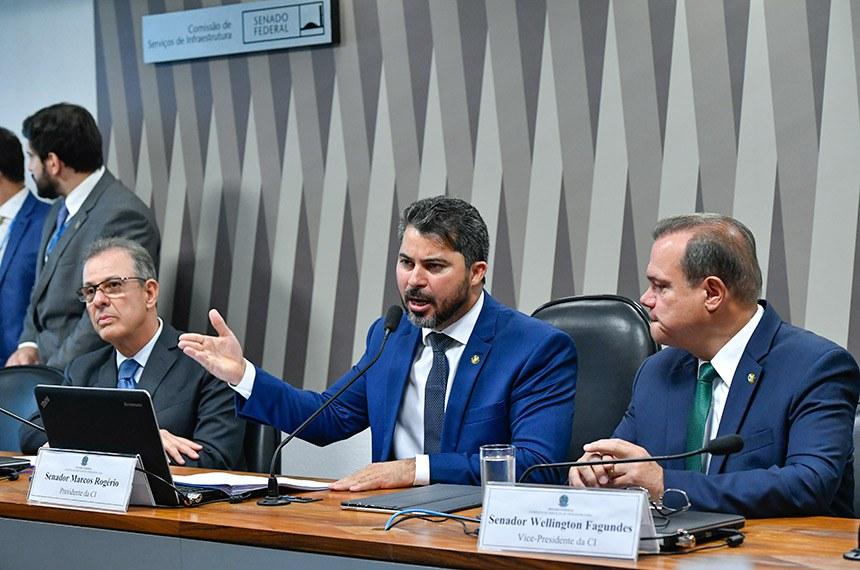 O relator do projeto e presidente da CI, Marcos Rogério, entre o ministro Bento Albuquerque e Wellington Fagundes