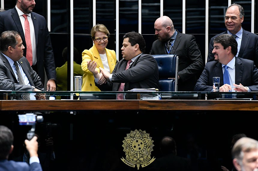 Plenário do Senado Federal durante sessão deliberativa extraordinária.   Mesa:  senador Eduardo Gomes (MDB-TO);  presidente do Senado Federal, senador Davi Alcolumbre (DEM-AP);  secretário-geral da Mesa, Luiz Fernando Bandeira de Mello Filho.  Foto: Jane de Araújo/Agência Senado