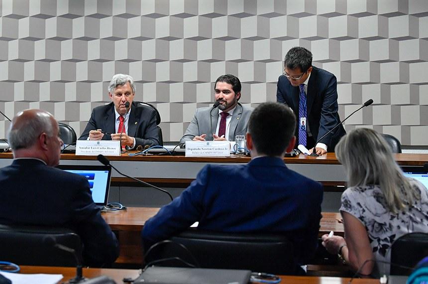 Comissão Mista da Medida Provisória (CMMPV) nº 907, de 2019, que reformula o Instituto Brasileiro de Turismo (Embratur) e cobra mais IR nas remessas ao exterior, realiza reunião para apreciação do plano de trabalho.  Mesa: presidente da CMMPV 907/2019, senador Luis Carlos Heinze (PP-RS); relator da CMMPV 907/2019, deputado Newton Cardoso Jr (MDB-MG).  Bancada: deputado Herculano Passos (MDB-SP); deputado Felipe Carreras (PSB-PE);  deputada Magda Mofatto (PL-GO).  Foto: Jane de Araújo/Agência Senado
