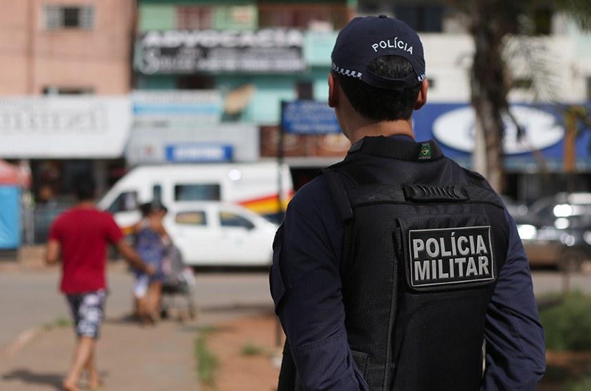Vitória (ES) - Mulheres e familiares de policiais permanecem na saída do Comando Geral da Polícia Militar de Vitória e impedem a saída dos militares (Tânia Rêgo/Agência Brasil)
