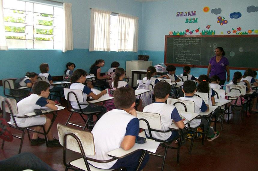 O Saeb e a Prova Brasil são dois exames complementares que compõem o Sistema de Avaliação da Educação Básica. O Sistema Nacional de Avaliação da Educação Básica (Saeb), realizado pelo Inep/MEC, abrange estudantes das redes públicas e privadas do país, localizados em área rural e urbana, matriculados na 4ª e 8ª séries (ou 5º e 9º anos) do ensino fundamental e também no 3º ano do ensino médio. São aplicadas provas de Língua Portuguesa e Matemática. A avaliação é feita por amostragem. Nesses estratos, os resultados são apresentados para cada unidade da Federação e para o Brasil como um todo. A avaliação é censitária para alunos de 4ª e 8ª séries (5º e 9º ano) do ensino fundamental público, nas redes estaduais, municipais e federais, de área rural e urbana, em escolas que tenham no mínimo 20 alunos matriculados na série avaliada. Nesse estrato, a prova recebe o nome de Prova Brasil e oferece resultados por escola, município, unidade da Federação e país.
