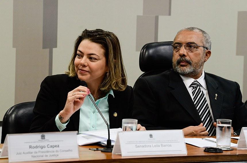 """Comissão de Direitos Humanos e Legislação Participativa (CDH) realiza audiência pública para tratar sobre: """"O Feminicídio no Brasil"""".  Mesa: senadora Leila Barros (PSB-DF); presidente da CDH, senador Paulo Paim (PT-RS).  Foto: Pedro França/Agência Senado"""