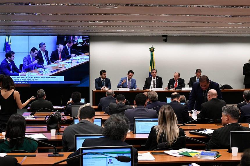 Comissão Mista de Planos, Orçamentos Públicos e Fiscalização (CMO) realiza reunião extraordinária. Na pauta o PLN 22/2019, que trata da proposta orçamentária para 2020.   A Comissão Mista de Orçamento (CO) conclui a votação do Orçamento para 2020 (PLN 22/2019). Texto vai à votação no Congresso.   Mesa:  relator-geral do Projeto de Lei Orçamentária (LOA), deputado Domingos Neto (PSD-CE);  primeiro vice-presidente da CMO, deputado Dagoberto Nogueira (PDT-MS);  presidente da CMO, senador Marcelo Castro (MDB-PI);  secretário da CMO, Walbinson Tavares de Araújo.  Foto: Roque de Sá/Agência Senado