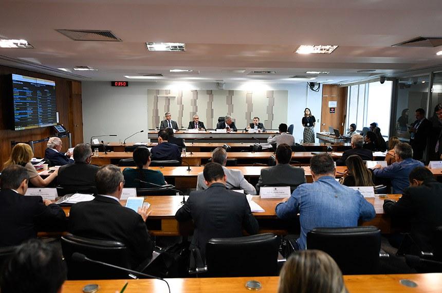 Comissão Mista da Medida Provisória (CMMPV) n° 905 de 2019, que institui o Contrato de Trabalho Verde e Amarelo, altera a legislação trabalhista, e dá outras providências, realiza audiência pública interativa para tratar sobre a medida.  Mesa: presidente da Associação Brasileira de Magistrados do Trabalho (ABMT), Otávio Amaral Calvet; relator da CMMPV 905/2019, deputado Christino Aureo (PP-RJ); presidente da CMMPV 905/2019, senador Sérgio Petecão (PSD-AC); gerente de Relações Trabalhistas e Sindicais da Federação Brasileira de Bancos (Febraban), Nicolino Eugênio da Silva Júnior.  Foto: Edilson Rodrigues/Agência Senado