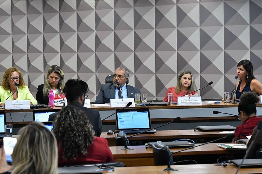 """Comissão de Direitos Humanos e Legislação Participativa (CDH) realiza ciclo de debates sobre: """"Defesa dos Segmentos mais Vulneráveis"""", com foco no combate à violência contra as mulheres.  Mesa: pedagoga Abigail Pereira;  advogada - presidente da Ordem dos Advogados do Brasil – Distrito Federal (OAB/DF) - Subseção de Samambaia e Recanto das Emas, Joana D'arc de Jesus Soares dos Santos; presidente da CDH, senador Paul Paim (PT-RS); presidente da Comissão de Combate à Violência Doméstica e Familiar da Ordem dos Advogados do Brasil – Distrito Federal (OAB/DF), Selma Maria Frota Carmona; consultora legislativa e membro do Comitê pela Promoção da Igualdade de Gênero e Raça do Senado Federal, Roberta Viegas e Silva.  Foto: Geraldo Magela/Agência Senado"""