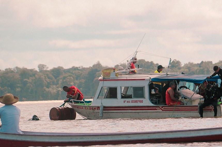 ALMERIM 02 03 2020  Mergulhadores bombeiros durante  buscas por vítimas do naufrágio do navio Anna Karoline 3,O naufrágio da embarcação aconteceu na madrugada de sábado nas proximidades da  Ilha de Aruãs . A região fica a 130 km de Macapá,  no Amapá — Foto: Secom Prefeitura de Almeirim