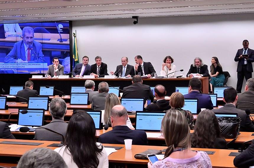 Comissão Mista de Planos, Orçamentos Públicos e Fiscalização (CMO) realiza reunião deliberativa.   Na pauta, PLN 2/2020, que promove alterações na Lei Orçamentária Anual (LOA), o PLN 3/2020, que abre crédito de R$ 6,5 milhões para o Ministério da Saúde, e o PLN 4/2020, que trata da regulamentação do orçamento impositivo.  Mesa: relator do Projeto de Lei Orçamentária Anual (Ploa), deputado Domingos Neto (PSD-CE); relator do projeto de Lei de Diretrizes Orçamentárias (LDO) para 2020, deputado Cacá Leao (PP-BA); vice-presidente da CMO, deputado Dagoberto Nogueira (PDT-MS);  presidente da CMO, senador Marcelo Castro (MDB-PI);  secretário da CMO; secretária da CMO.  Foto: Waldemir Barreto/Agência Senado
