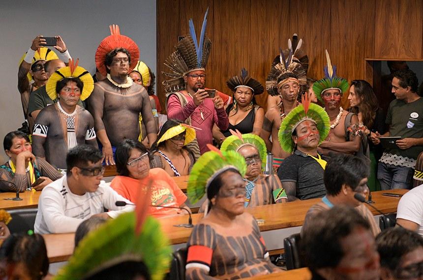 """Comissão de Direitos Humanos e Legislação Participativa (CDH) realiza audiência pública interativa para debater """"defesa dos segmentos mais vulneráveis"""", com foco nos impactos socioambientais do corredor logístico da Amazônia oriental.   Da bancada, representantes indígenas acompanham audiência.  Foto: Pedro França/Agência Senado"""